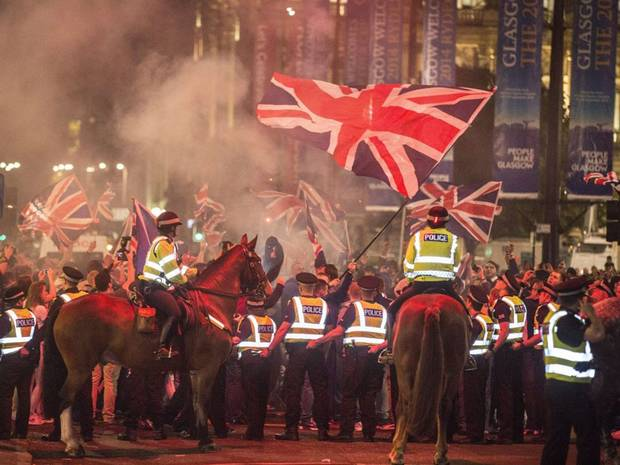 George Square rioting by No supporters after the refendum turn ugly (Twitter/@Independent)